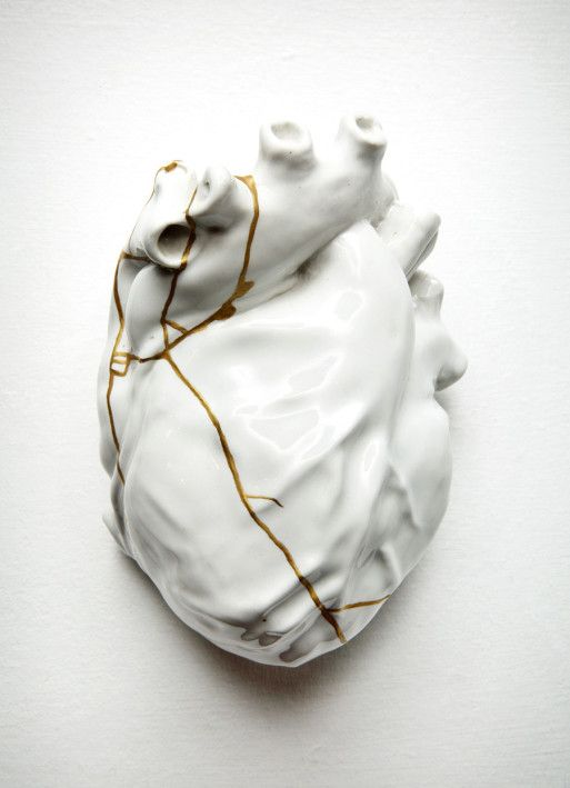 Gold in the art of Japanese kintsugi sublimates the pieces glued together. The artist TJ Volonis, by this technique, symbolizes in his sculpture, the repaired heart. Repaired heart, TJ Volonis, 2005